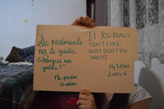 Una mujer violada muestra un cartel con una frase de su agresor. Es parte del proyecto  Unbreakable, de Grace Brown.